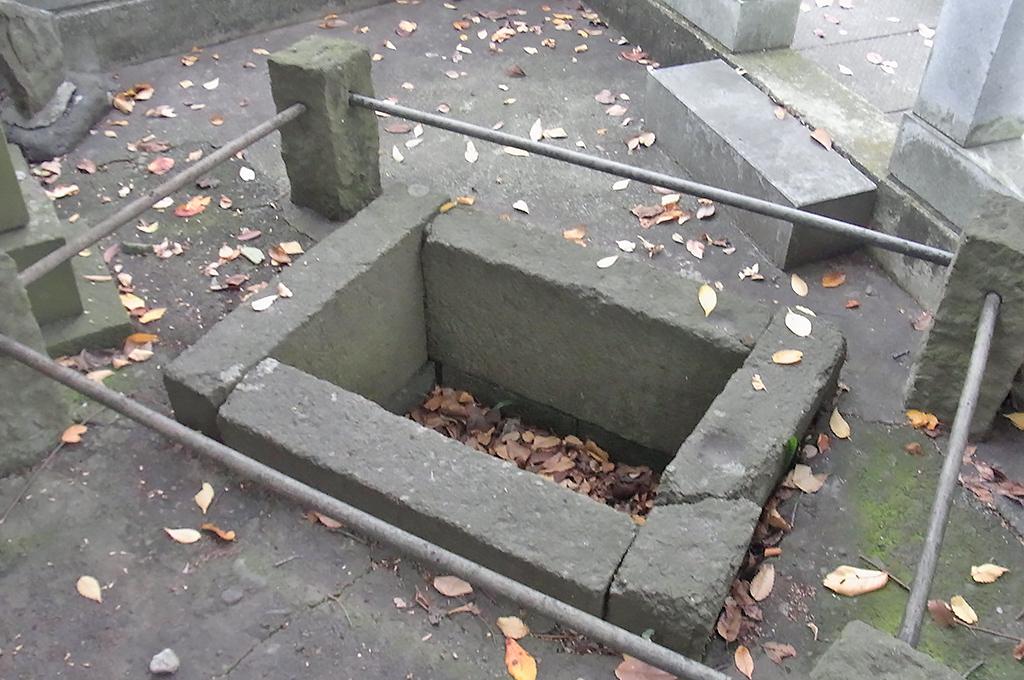 有鹿比女命が姿見をしていたという伝説が遺る池(現在は水が張られていない)